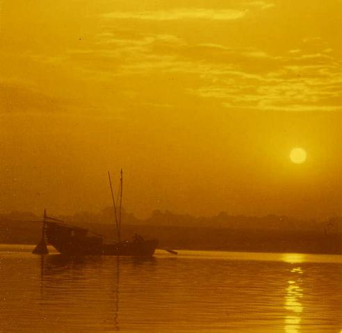 615px-Early_morning_on_the_Ganges_John_Hill.jpg